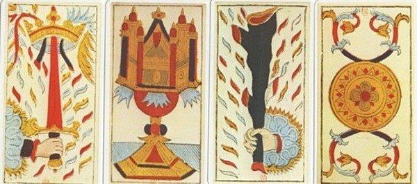 Les quatre emblèmes, épées, coupes, bâtons et deniers, du tarot